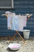 Selbst gefärbte Stoffe auf Wäscheständer