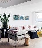 Polstergarnitur mit rosa Kissen und Desinger-Couchtisch im Wohnzimmer