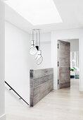 Helles Treppenhaus mit Designer-Lampen und