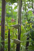Vogelfiguren am Gartenzaun