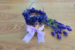 DIY-Windlicht mit duftenden Lavendelblüten und karierter Schleife