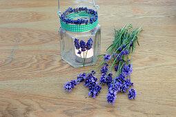 DIY-Windlicht mit duftenden Lavendelblüten