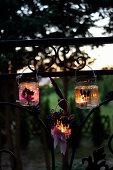 DIY-Windlichter mit Lavendelblüten am Zaun