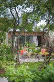 Liegen auf der Terrasse im sommerlichen Garten
