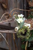 Blumenstrauß und Herz aus Efeubeeren an altem Metalltisch