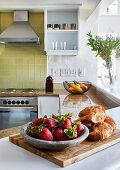 Einbauküche mit gelben Wandfliesen und Frühstückstheke