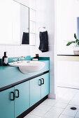 Weißes Badezimmer mit hellblauem Waschtischmöbel
