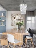 Schalenstühle und Bank um den Holztisch auf flauschigem Teppich