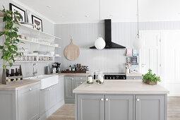 Graue Küche im Landhausstil