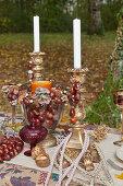 Antik Kerzenhalter und Glaspokal mit Kastanien dekoriert
