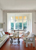 Mediterranes Wohnzimmer mit Wabenfliesenboden