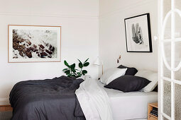 Doppelbett mit schwarz-weißer Bettwäsche
