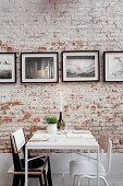 Tisch für Zwei vor Backsteinwand mit Fotogalerie