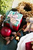Weihnachtsdekoration und Geschenke
