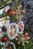 Weihnachtsbaum mit Strohfiguren geschmückt