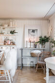 Festively decorated room in white and beige