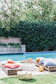 Liegen mit Kissen am Pool