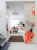Bemalte Schiebetür zum Wohn- und Schlafzimmer im Künstlerhaus