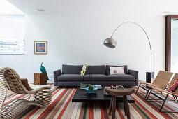 Wohnzimmer mit verschiedenen Designermöbeln in Erdfarben