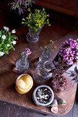 Glasgefäße mit Früchten, Chutneys und mit Blumen