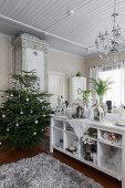 Weihnachtsbaum und weißes Regal im Wohnzimmer