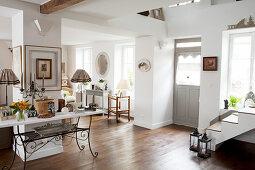 Eingangsbereich zum offenen Wohnraum in einem Landhaus