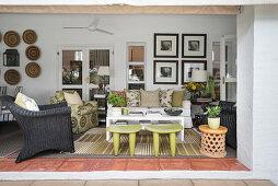 Blick ins exotische Wohnzimmer mit offener Front zur Terrasse