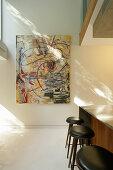 Großes abstraktes Gemälde an sonniger Wand
