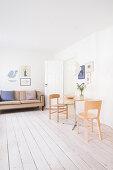 Kleiner Essplatz im hellen Wohnzimmer mit schlichter Einrichtung