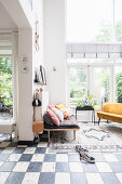 Offener Wohnraum mit Schachbrettboden und Fensterfront