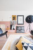 Bildergalerie an zweifarbig gestrichener Wand