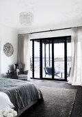 Elegantes Schlafzimmer mit Balkon und Meerblick