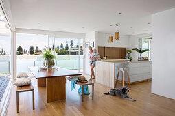 Offener Wohnraum mit modernen Holzmöbeln