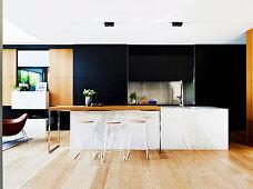 Kücheninsel mit Marmorverkleidung in offener Designerküche