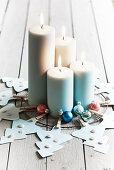 DIY-Adventskranz aus Papiertannebäumchen mit vier brennenden Kerzen