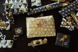 Verpackte und nummerierte Geschenke für den Adventskalender