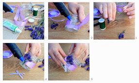 Windlicht mit duftenden Lavendelblüten und lila Dekoband herstellen