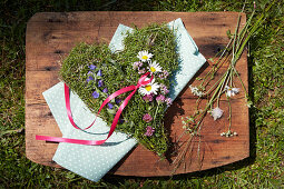 Heart-shaped arrangement of flax, lady's mantle, marjoram and viper's bugloss