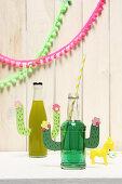 DIY-Partydeko: Limonadenflaschen mit Kaktusarmen