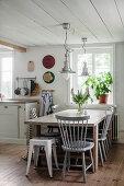 Sprossenstühle am Esstisch in der Landhausküche