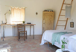 Schlichtes mediterranes Schlafzimmer mit Schreibtisch