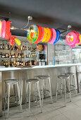 Bunte Schwimmreifen über Theke in einer Bar