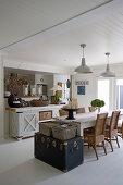 Alte Truhe am Esstisch im offenen Wohnraum im Hamptons-Stil