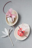 Ostereier mit Papierblumen verziert