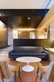 Designermöbel im Wohnraum mit zwei Stufen zur offenen Küche
