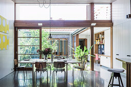 Esstisch mit Stühlen vor Terrassenschiebetür