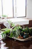 Korb mit Gemüse auf Holztisch