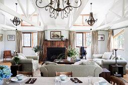 Helles Wohnzimmer mit Polstermöbel und Kamin in umgebauter Scheune