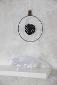 DIY wall decoration: leaf silhouette in metal ring