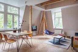 Essbereich und Lounge mit Holzstütze in offenem Wohnraum